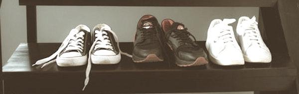 玄関に靴を置くのを止める。