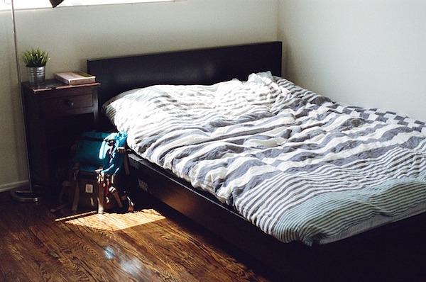 寝付きが悪いのはベッドの向きが原因